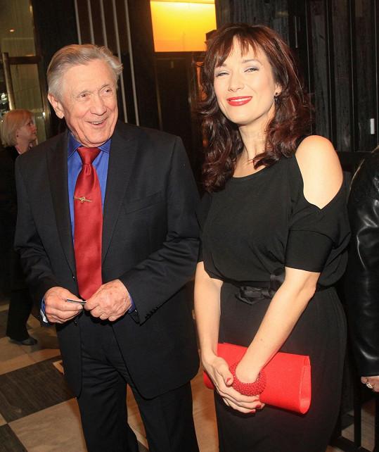 Petr Kostka dorazil v doprovodu své dcery Terezy Kostkové na premiéru divadelní hry Smlouva.