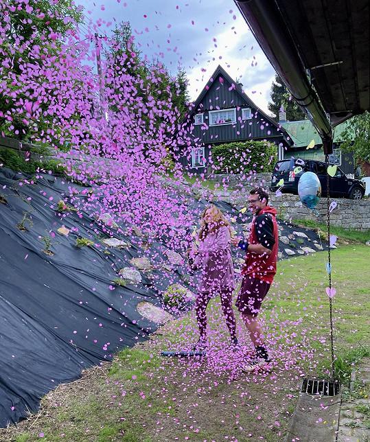 Růžové konfety prozradily pohlaví miminka.