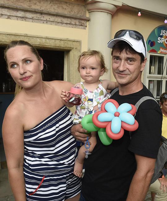 Rašilov zavítal na tiskovou konferenci Primy s partnerkou a dcerkou.