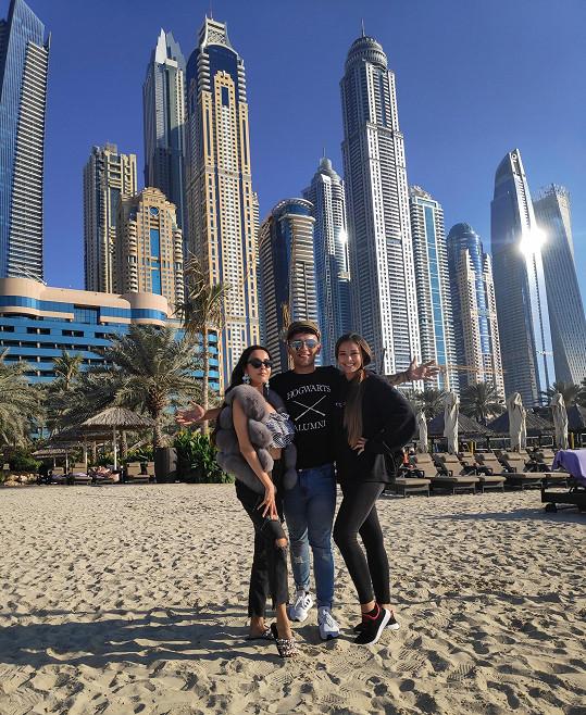 Bendig ke spolupráci oslovil zpěvačku Yasminu. Do Dubaje dorazila také Monika Bagárová (vpravo).