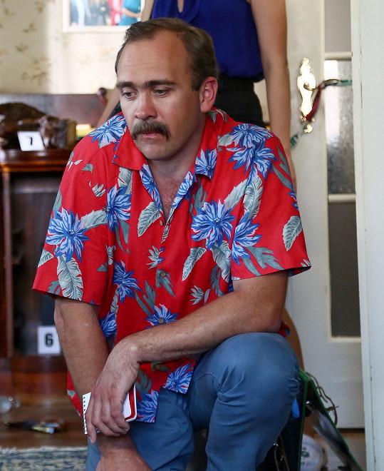 Hána má knírek jen nalepený, ani havajské košile si naštěstí v civilu neoblíbil.