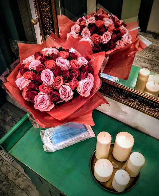 Díky tomu, že květinářství patří mezi povolené obchody, dostala krásnou kytici.