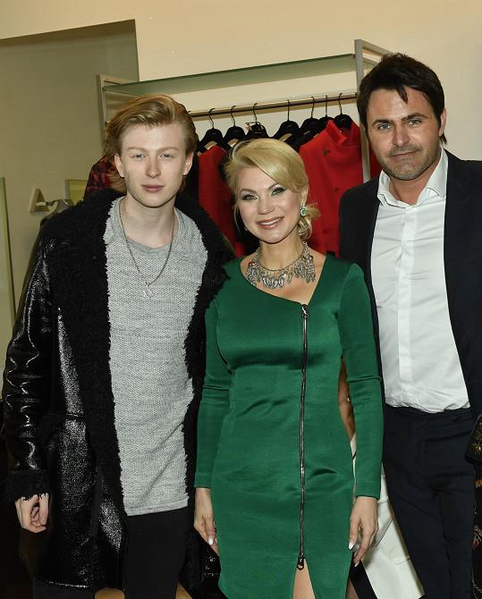 Natali Ruden s Adamem Mišíkem a Miroslavem Šimůnkem, který přehlídku moderoval.