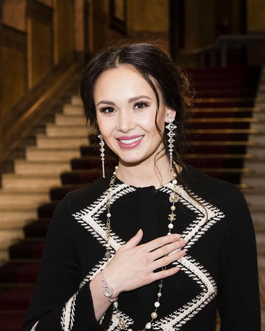 Šperky zdobily operní divu i po vystoupení.