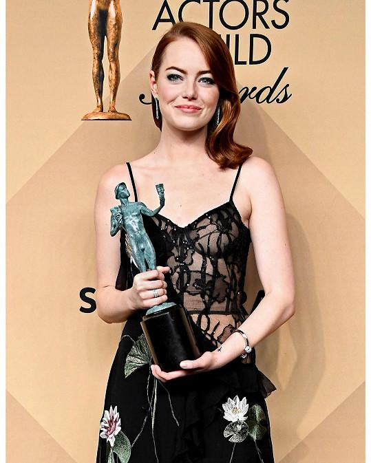 Vítězka v kategorii o nejlepší herečku za muzikál La La Land zářila v transparentní róbě z módního domu Alexander McQueen. Živůtek vyztužený kosticemi rafinovaně odhaloval hereččino tělo a vzor delikátní hedvábné krajky zároveň skrýval to, co mělo zůstat skryto.