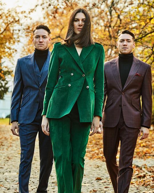 Kostým všik zelené barvě zeznovuobjeveného manšestru doplněný o vestu ze stejného materiálu brunetě skvěle sedí.