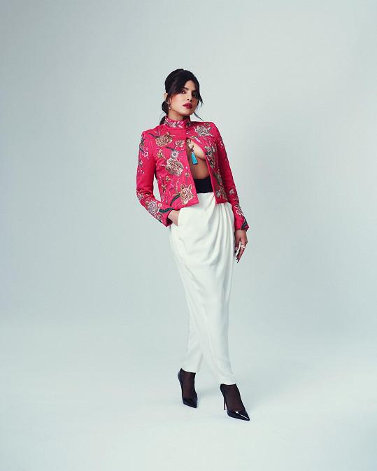 Priyanka Chopra Jonas oblékla dva outfity. Tento model zaujal odvážným střihovým řešením.