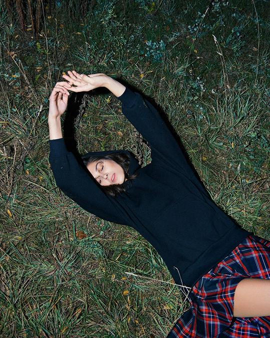 Aneta se musela válet v trávě.