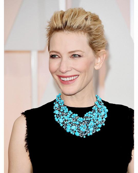 Celkem šest celebrit se ozdobilo unikátními náhrdelníky. Například Cate Blanchett doplnila svou černou tubu od Martina Margiely nepřehlédnutelným tyrkysovým náhrdelníkem z klenotnictví Tiffany & Co.