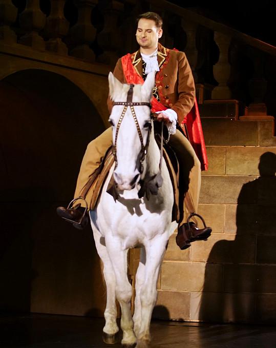 Lukáš přijel na pódium na bílém koni.