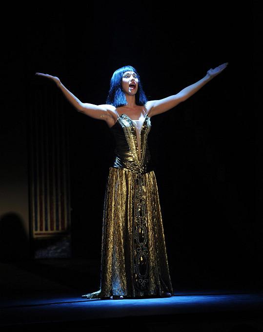 Když zpívá Teď královnou jsem já, nemůže v nich dýchat.