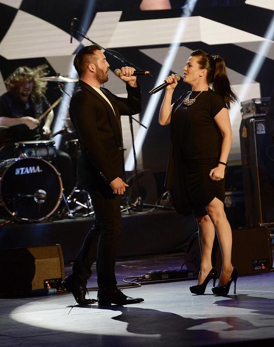 Ten zazpíval duet s Martou Jandovou, která si také nevzala model s výstřihem.