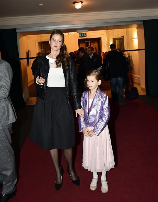 Jana Bernášková s dcerou Justýnou, která je velkou parádnicí.