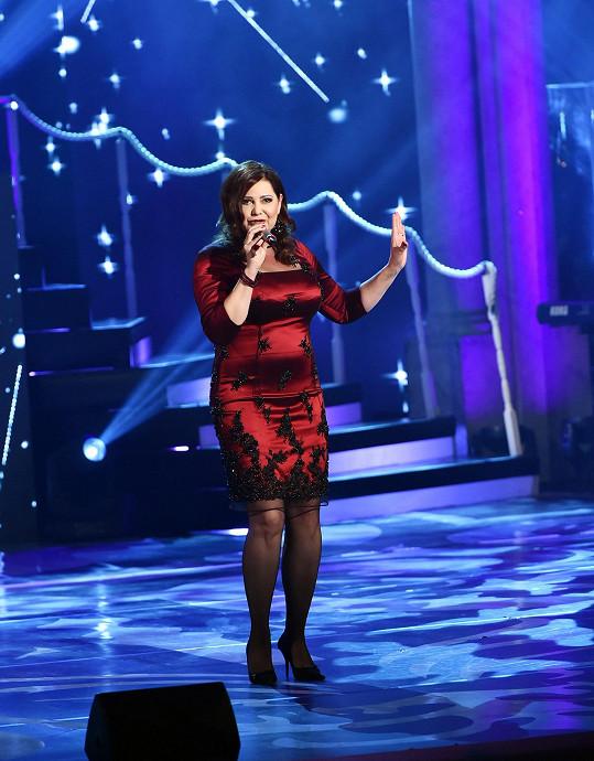 Ilona Csáková na Královnách popu vystoupila v rudých koktejlkách, ve kterých byla poměrně napresovaná.
