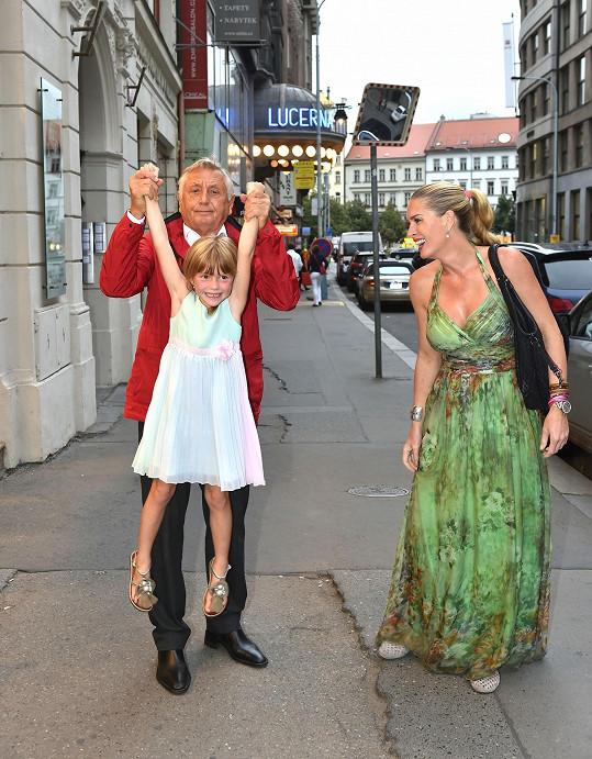 Olga s manželem Jiřím Menzelem a dcerou vyrazili na pohádku.