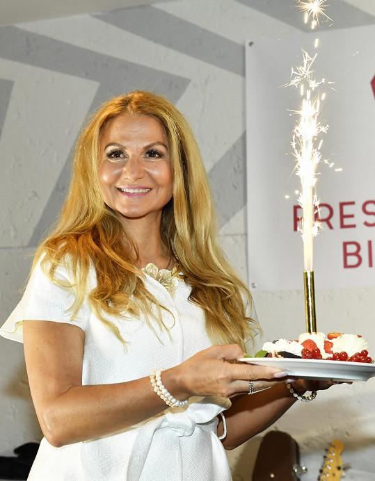 Yvetta Blanarovičová dostala i narozeninový dortík.