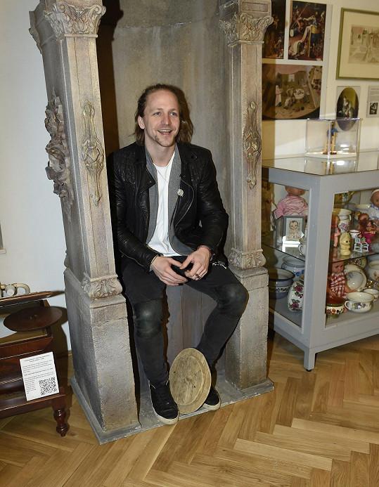 """Sám v Muzeu hygieny vyzkoušel posezení na """"nočníku pro dospělé""""."""
