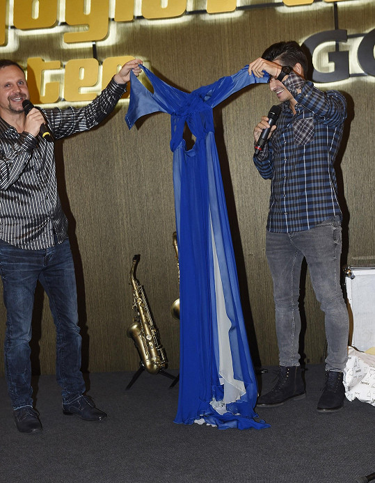 Michal dražil Karolíniny šaty.