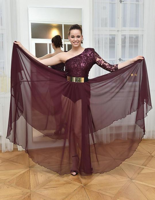 Karolína v modelu s průsvitnou sukní