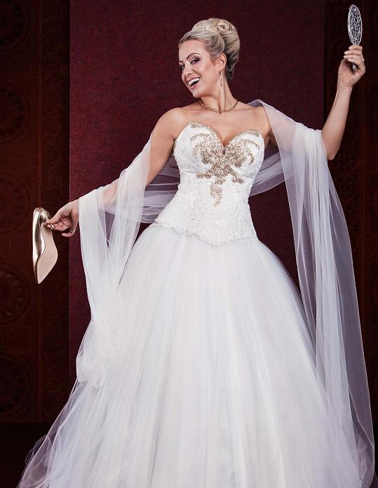 Tereza je divadlenice, svatební šaty jako kostým na sobě měla už mnohokrát.