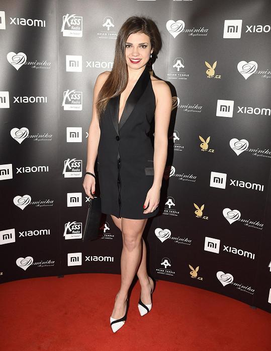 Podobný model si vybrala i herečka Denisa Pfauserová.