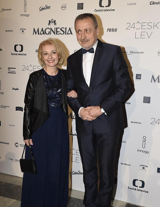 Na nějaký čas proto neuvidí manžela Martina Stropnického, který je velvyslancem ČR v Izraeli, kde zůstává.