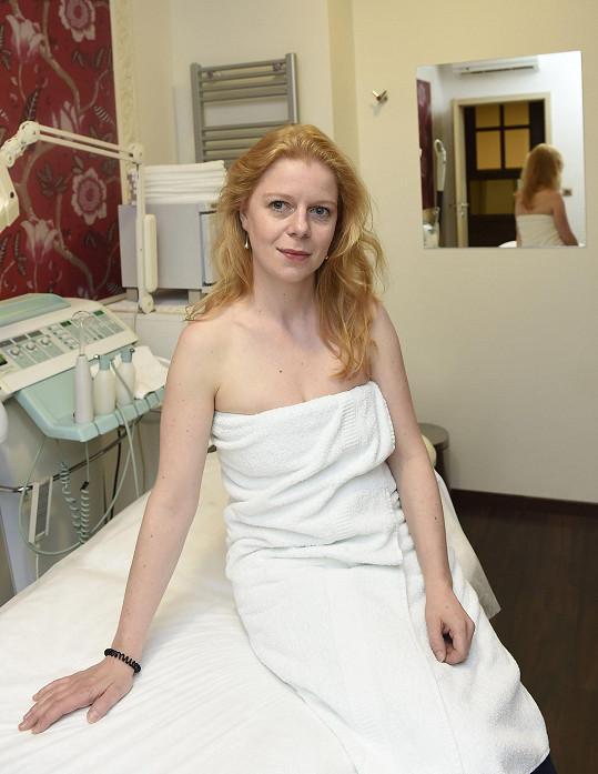Monika je stydlivá, ale nechala se fotit jen v ručníku.