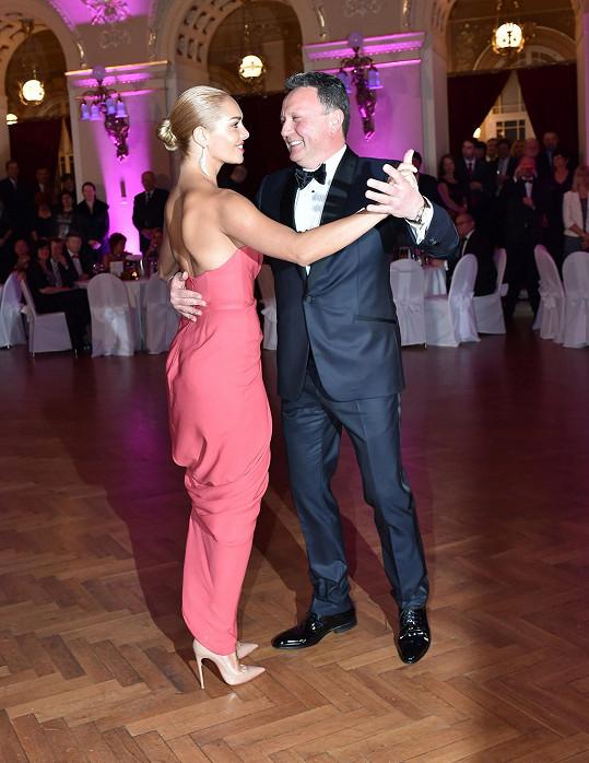 Táňa neměla na plese partnera Ondřeje Brzbohatého, tančila s majitelem pořádající společnosti Kamilem Ouškou.