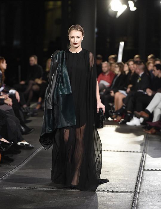 Kateřina Kasanová na módní přehlídce v rámci Ostrava Fashion Weekendu