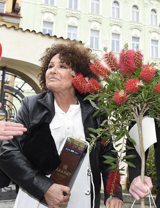 Jitka Zelenková přinesla Jiřince stromek.