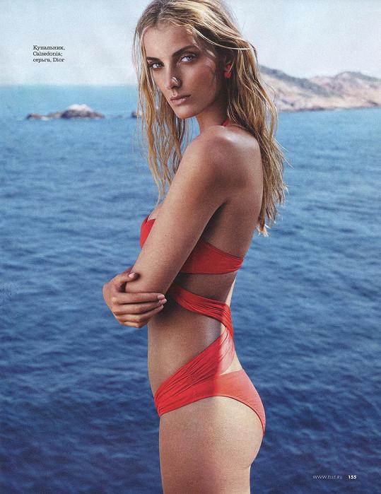 Oblíbenkyně Karla Lagerfelda v plavkách vždy vypadala báječně.