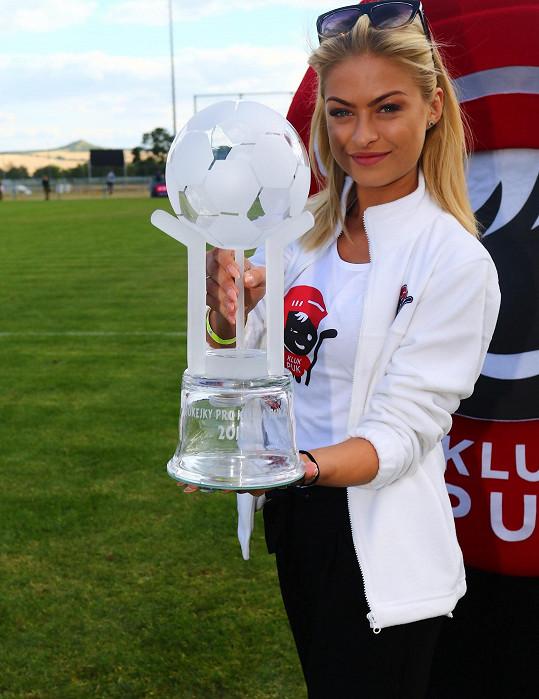 Kristýna s pohárem pro vítěze