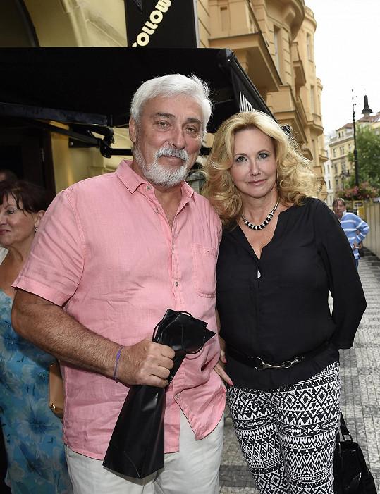 Přišel i Jan Rosák s manželkou.