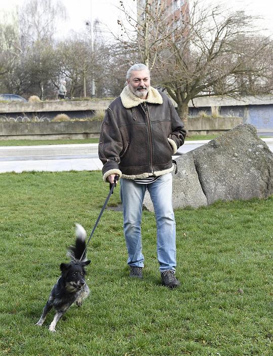 Dan se svým psím miláčkem.
