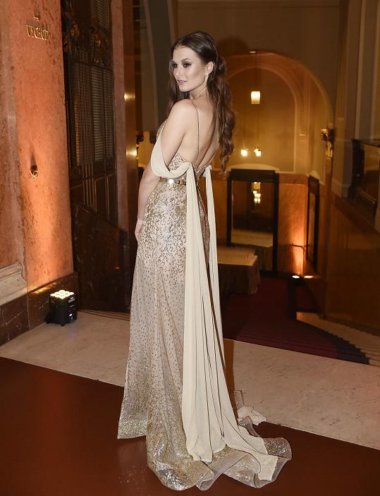 Oblékla šaty Sandry Markové.