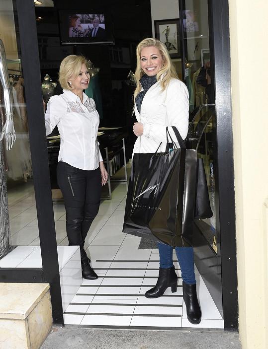 Lucie si v butiku Natali Ruden vyzvedla nejen šaty na dnešní večer, ale i modely pro další příležitosti.