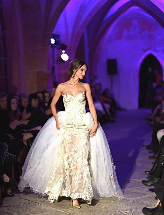 A na závěr předvedla i svatební šaty.