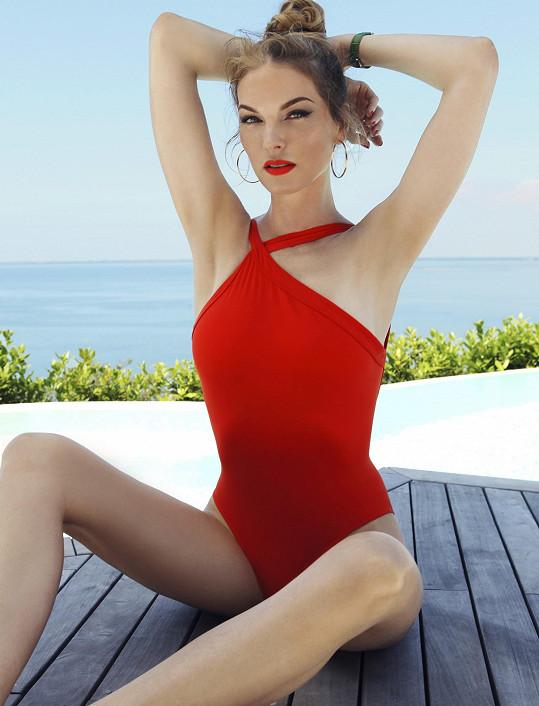 Modelka na svůj věk rozhodně nevypadá, a to i přes to, že se vyhýbá zákrokům estetické medicíny.