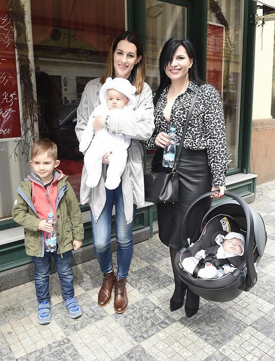 Andrea Kalivodová si s Lucií Křížkovou předávala mateřské rady.