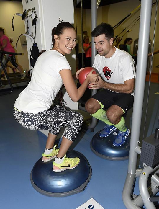 Ve cvičení se vzájemně podporují.