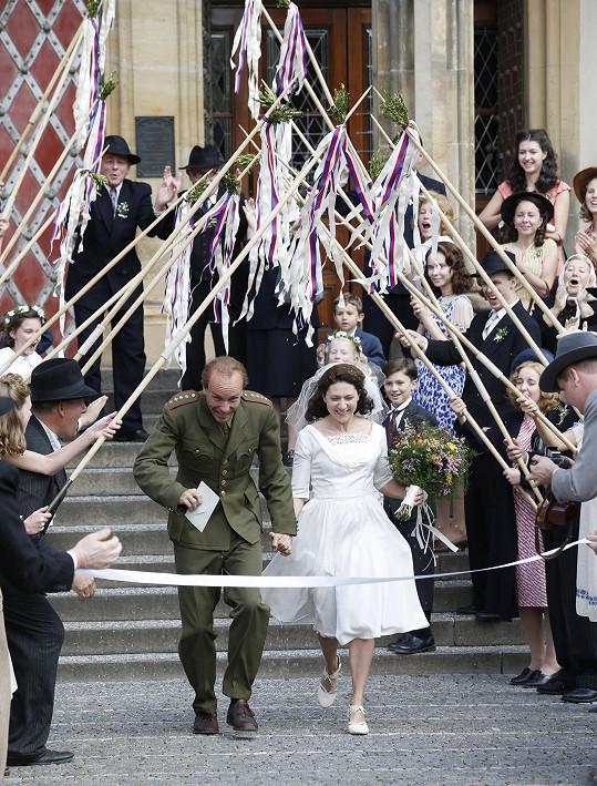 Když se točila scéna svatby Zátopkových, režisér vtipkoval, že díky ní aspoň ví, jak bude vypadat nevěsta.