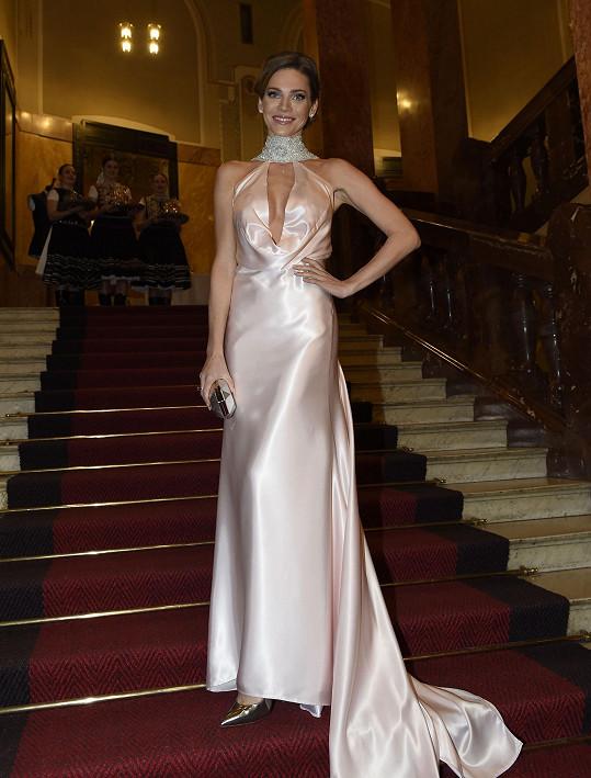 Andrea Verešová při příchodu na ples