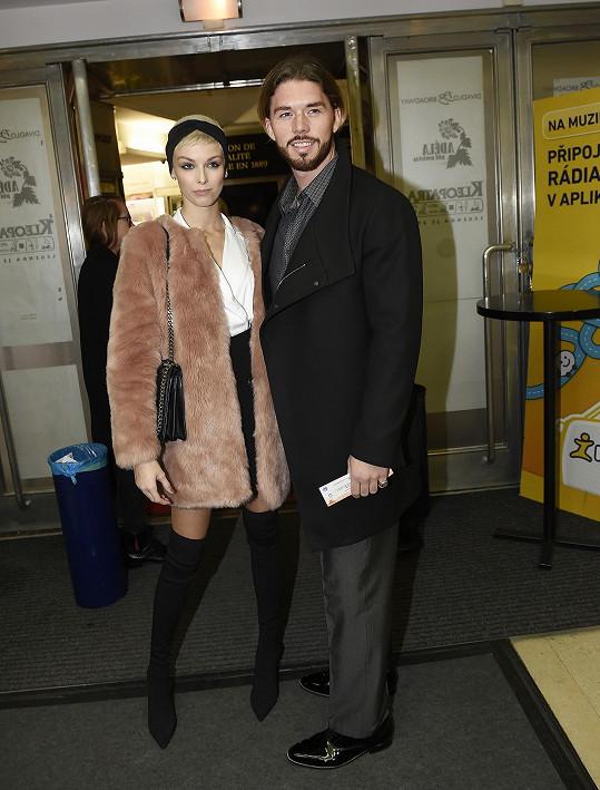 Matyáš Hložek s přítelkyní Sárou Struhařovou se spolu naposledy objevili na premiéře muzikálu Trhák.