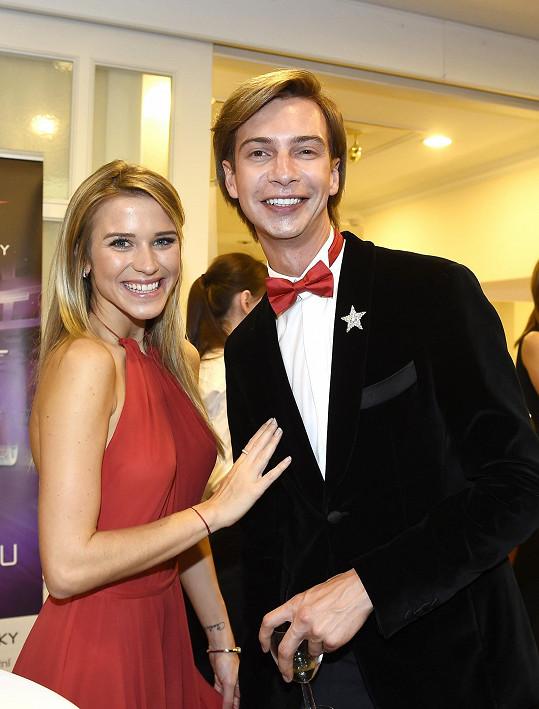 Dorazila s návrhářem Jakubem Ponerem, který byl autorem jejích šatů.