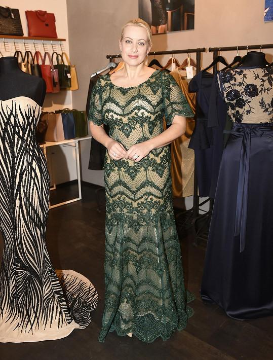 Tereza vyzkoušela i tyto zelené šaty.