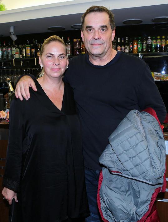 Premiéru svého partnera Miroslava Etzlera v roli režiséra, jehož ve filmu ztvárnil Ladislav Smoljak, si nenechala ujít jeho partnerka Helena.