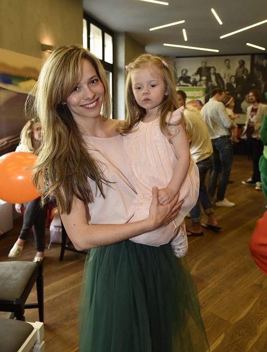 Lucie Černíková s dcerou, která je její kopií.
