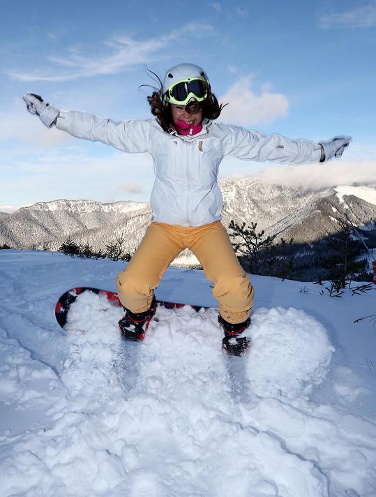 Monika na něj přesedlala z lyží.