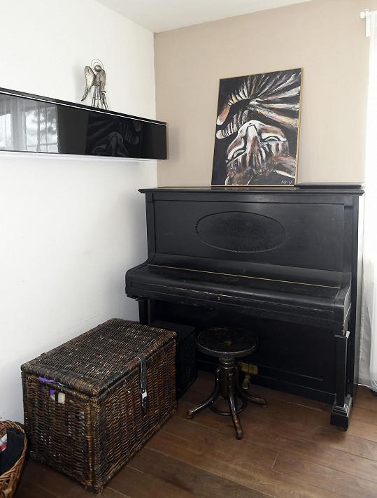 Nechybí ani klavír, Dušan je nejen herec, ale i muzikant.