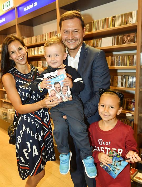 Moderátor s manželkou a dětmi, které už se na babičku moc těší, na křtu své knížky Dvojtáta.